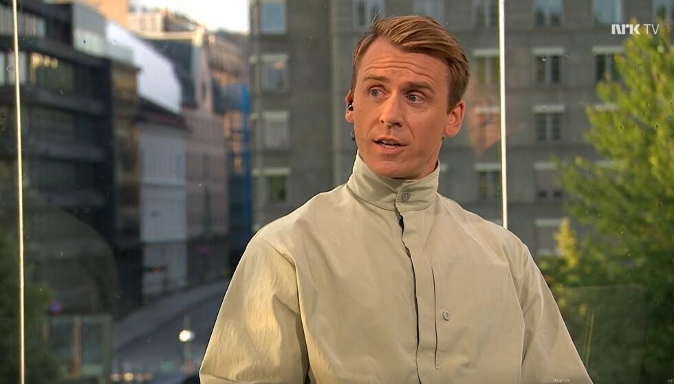 DESIGNER-SKJORTE: Carl-Erik Torp har skapt reaksjoner med sine utradisjonelle stilvalg under sommerens EM. FOTO: Skjermdump/NRK.TV.