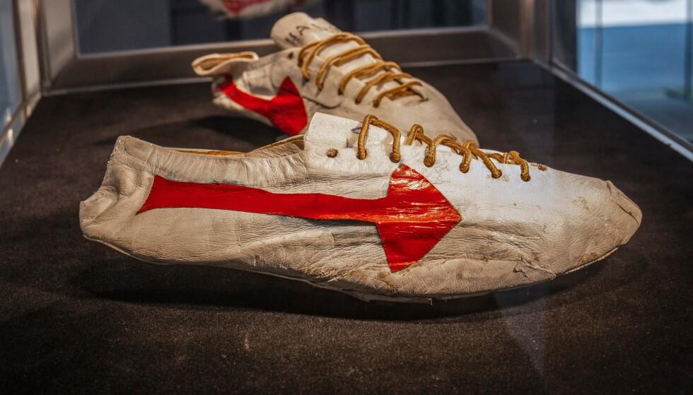 KAN DRA INN MILLIONER: Disse gamle slitte skoene kan bli solgt for flere millioner kroner. FOTO: AFP