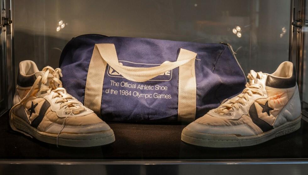 BRUKT AV LEGENDEN: Disse Converse skoene ble brukt av NBA-legenden Michael Jordan under prøvespillet til OL i 1984. FOTO: AFP