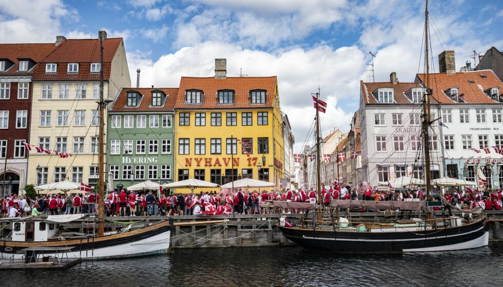REAGERTE: Under EM-kampene var det flere fotballsupportere som samlet seg ute i Nyhavn for å se på kampene. Flere reagerte på klyngene av mennesker, men nå mener flere eksperter at landet burde fjerne coronarestriksjonene i landet. Foto: Johan Nilsson/TT / NTB