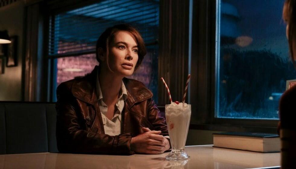 FRAVÆRENDE MOR: Lena Headey spiller leiemorderen Scarlet, som forlater datteren i tidlig alder. Foto: Netflix