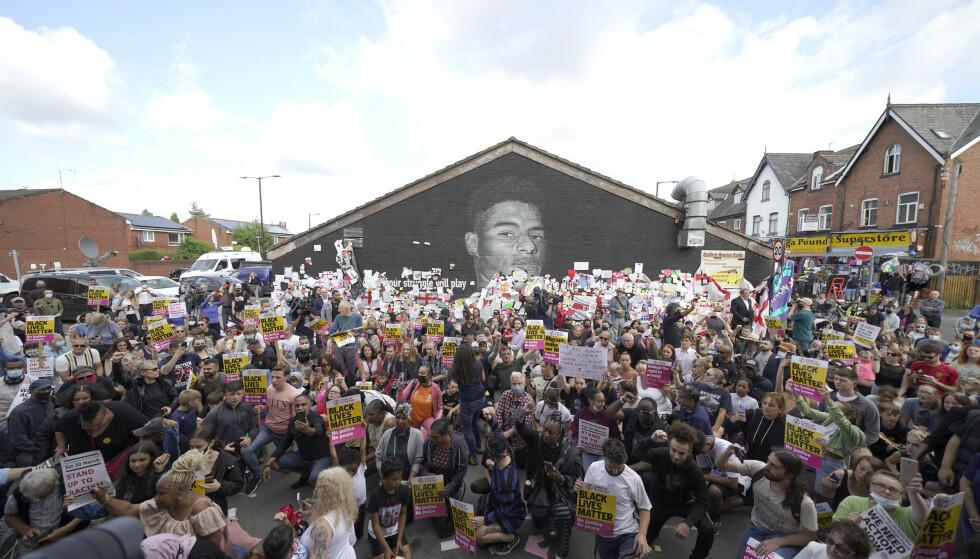 SAMLET I PROTEST: Hundrevis samlet seg i Withington sør i Manchester for å protestere mot rasisme og vise støtte til de engelske landslagsspillerne som har opplevd hets på sosiale medier. FOTO: Pa Photos