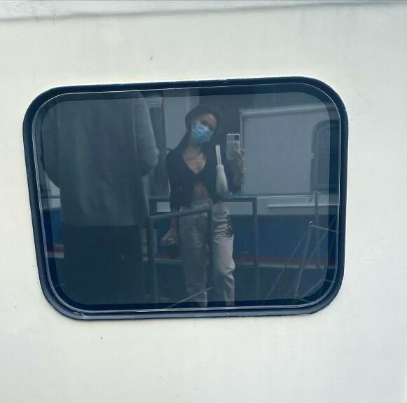 MUNNBIND: Grande passer på å bruke munnbind når hun er ute og reiser. Foto: Instagram / arianagrande