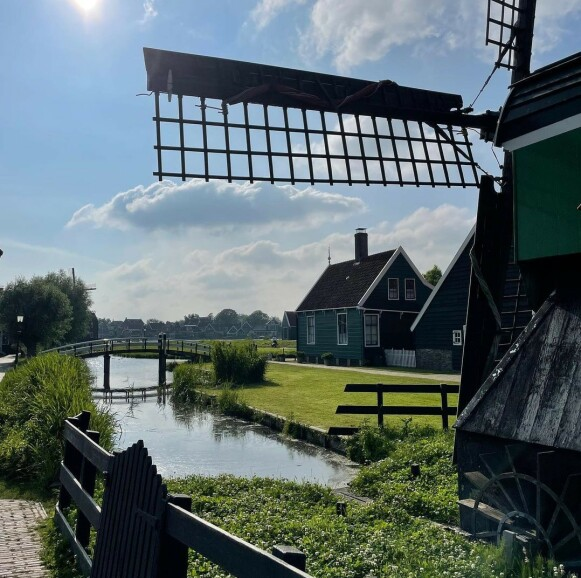 POPULÆRE: De nederlandske vindmøllene er populære turistattraksjoner. Foto: Instagram / arianagrande