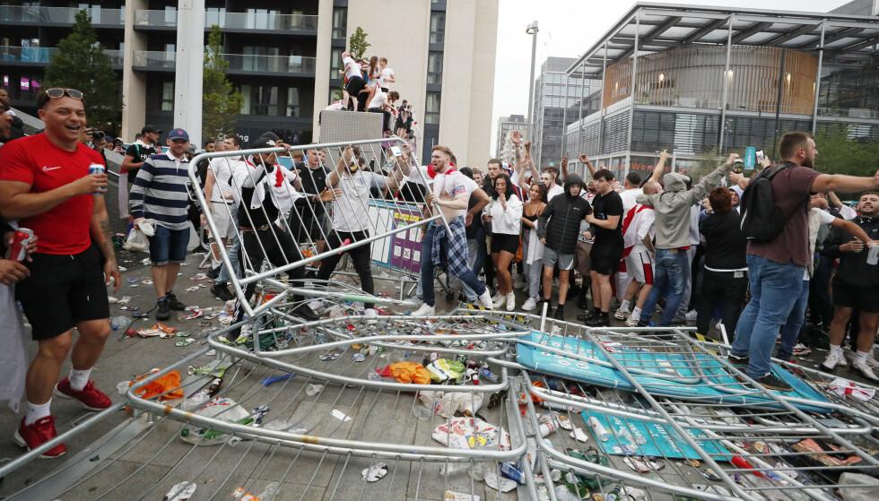 OPPTØYER: Sperringer ble tråkket ned utenfor Wembley før EM-finalen mellom England og Italia. FOTO: AP