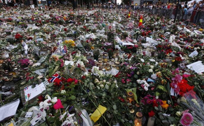 RAMMET NORGE: Kort tid etter terrorangrepene, samlet det seg et massict blomsterhav utenfor Oslo Domkirke. Bildet er tatt 27. juli. Foto: Erlend Aas / NTB