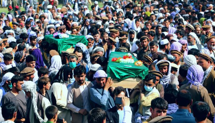 Potenti sacrifici: gli afgani trasportano le bare dei civili afgani uccisi nei combattimenti tra i talebani e le forze governative nella provincia di Badakhshan, nel nord dell'Afghanistan.  Con i talebani al controllo del territorio, gli afgani sperano in meno combattimenti e conflitti in futuro.  Foto: Ap/NTB