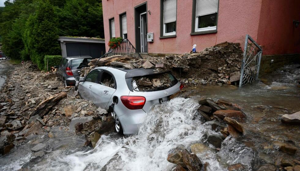 RAS: En rekke bygninger har rast som følge av de store vannmassene. Foto: Ina Fassbender / AFP