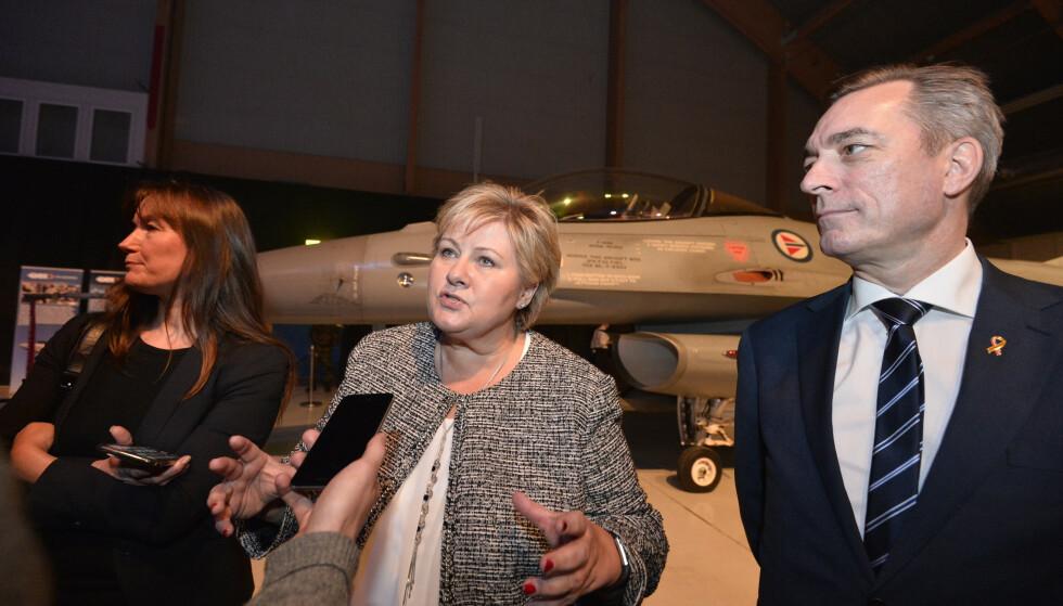 GÅR NOK BRA: Hvis ingen legger merke til det, går det nok bra, er det mulig statsminister Erna Solbergs rådgivere sier om den manglende realitetsdebatten om Forsvaret nå foran valget. Her fra avdukingen av kampflyet F-35 i 2017. Foto: Ned Alley / NTB