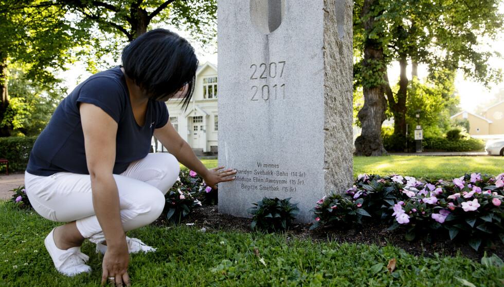 GLEMMES IKKE: Familien Svebakk-Bøhn mistet datteren og søsteren Sissi på Utøya. Her er mor Vanessa ved minnesmerket over de Utøya-drepte i Drammen. foto Kristin Svorte