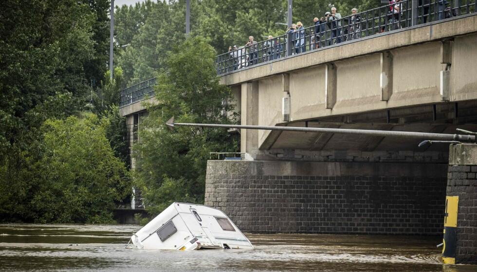 FLOM: En bobil flyter gli elven Maas i Roermond, Limburg.  Foto: Vincent Jannink/ANP/AFP/NTB