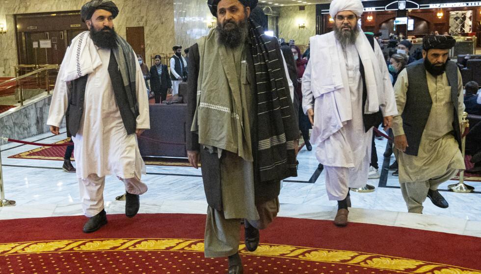 TALIBAN I MOSKVA: Mulla Abdul Ghani Baradar, i midten, en av Talibans grunnleggere, understreker Russlands aktive diplomati i Afghanistan. Her er han en del av en Taliban-delegasjon som besøkte Moskva tidligere i år. Foto: AP / NTB.