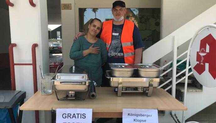 HJELPER: Manuela Spürk og Peter Doster deler ut kjøttboller, saus og ris til evakuerte. Foto: Jeanette Nyhammer Vik / Dagbladet