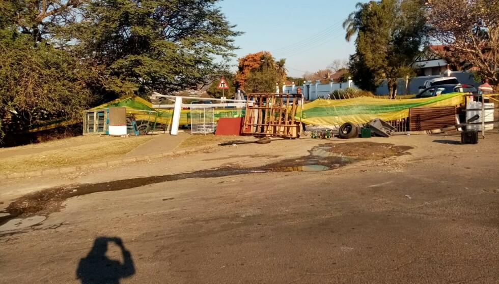 BARRIKADER: Barrikade rundt boligområdet for Mahlawes familie. Barrikadene er satt opp for å holde plyndrere ute. Foto: Privat