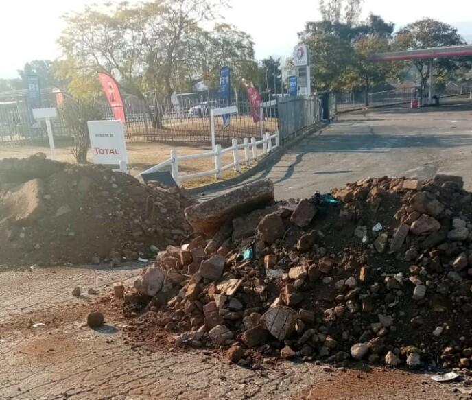 STEIN: Oppsamling av søppel og stein etter opprydningen ved kjøpesenteret Southgate Spar. Foto: Privat
