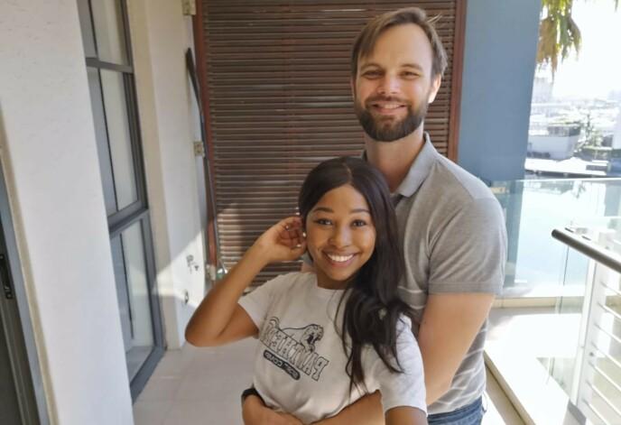 NYGIFTE: Bildet er tatt etter parets vellykkede flukt til Cape Town. Foto: Privat