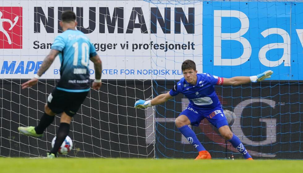 STRAFFESCORING: Vålerengas Aron Dønnum scorer på straffe mot Haugesunds keeper Frank Stople.Foto: Jan Kåre Ness / NTB
