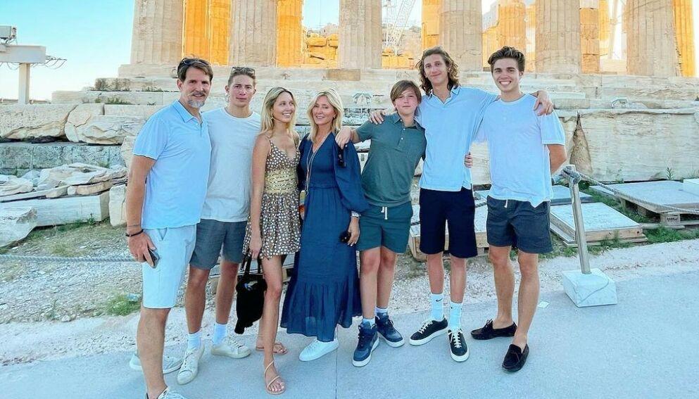 PÅ TUR: Kronprins Pavlos og kronprinsesse Marie-Chantal tok med de fem barna på ferie til Hellas. Foto: Skjermdump fra Instagram