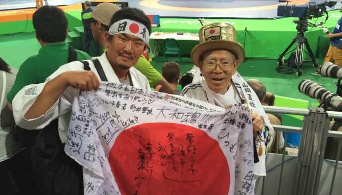 OL-entusiast: Kazunori Takishima (t.v) avbildet med en annen japansk supporter fra OL i Rio i 2016. FOTO: Reuters