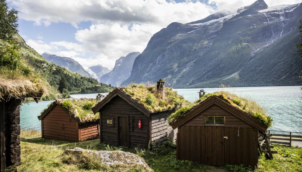 BRENG SETER: Dette er noen av bygningene som står på seteren som ligger langs Lovannet i Stryn kommune. Foto: Christian Roth Christensen / Dagbladet