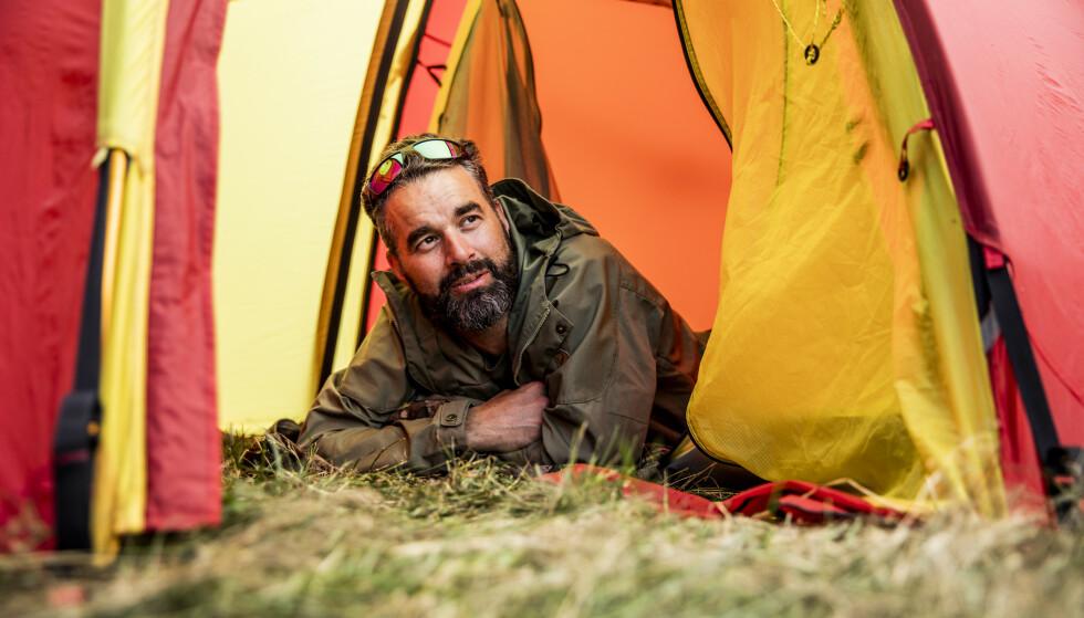 FULLT: Da Marius Mickelson ankom Loen i går kveld var det ikke plass på verken hotell eller campingplasser. Derfor slo han opp telt ved siden av andre turister på en grønn flekk langs veien. Foto: Christian Roth Christensen / Dagbladet