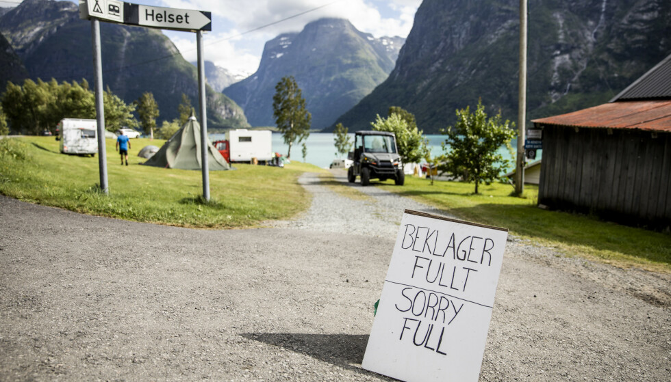 IKKE PLASS. Campingplassene langs Lovannet er fulle allerede tidlig på morgenen. Disse skiltene står langs veien på alle campingplassene når Dagbladet kjører inn i dalen. Foto: Christian Roth Christensen / Dagbladet