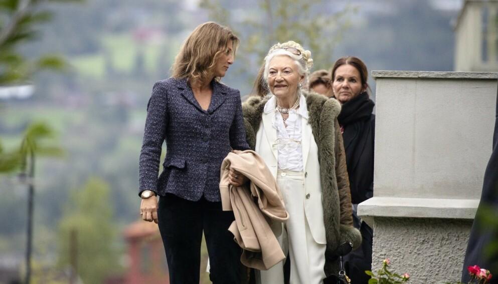 DØD: Lis Haraldsen, Haakon Haraldsens kone, er død, 87 år gammel. Her er paret avbildet i forbindelse med kongeparets 75-årsdag. Foto: Andreas Fadum / Se og Hør