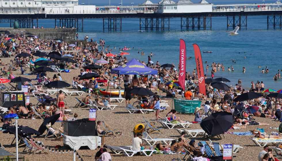 HETEBØLGE: Folk stimlet sammen strendene under hetebølgen i Storbritannia forrige uke. De neste dagene ventes enda høyere temperaturer. Her fra Brighton. Foto: Aaron Chown / Pa Photos / NTB