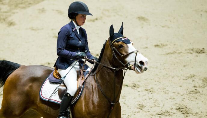 Victoria Gulliksen og hesten Viego les Hauts i aksjon i verdenscupen i sprangridning under Oslo Horse Show 2016 i Telenor arena. Foto: Vegard Wivestad Grtt / NTB