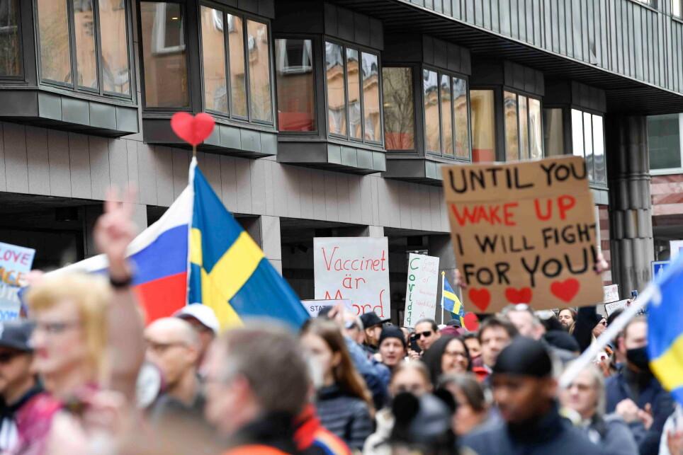 PROTEST: Sveriges håndtering av coronaviruset har vært svært omstridt. Bilde fra en protest i Stockholm. Foto: Tt News Agency / Reuters