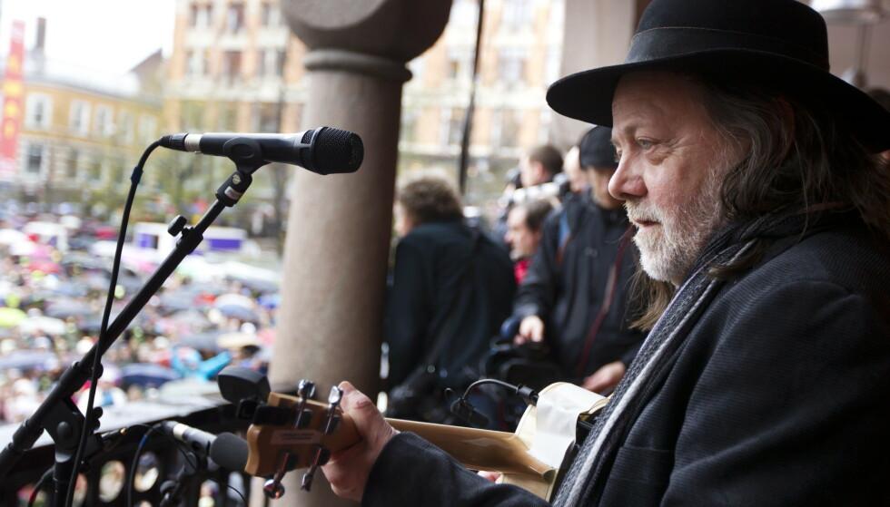 PROTEST: Tusenvis av mennesker sang «Barn av regnbuen» sammen med Lillebjørn Nilsen på Youngstorget i 2012. Aksjonen markerer en protest etter at terroristen omtalte sangen som et eksempel på marxistisk indoktrinering av barn.Foto: Heiko Junge / NTB