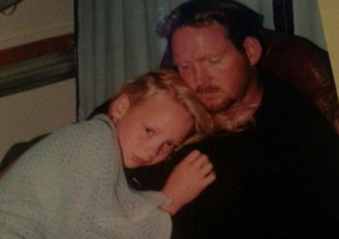 BARNDOM: Christell sammen med faren, Terje Wilsgård, på sykehuset etter den første operasjonen da hun var ni år. Foto: Privat.