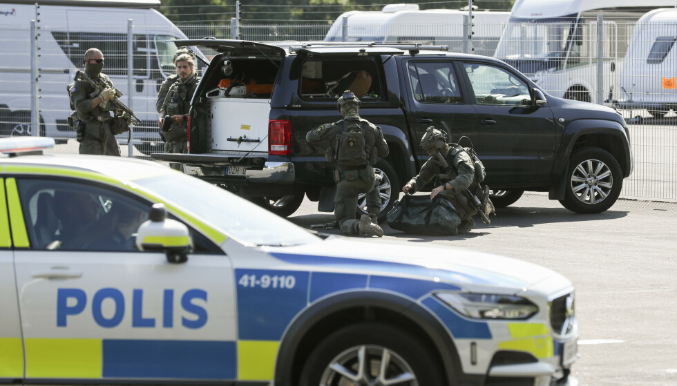 GISSELDRAMA: Det pågår en større politiaksjon ved Hällbysanstalten i Eskilstuna i forbindelse med et gisseldrama. Foto: Per Karlsson/TT / NTB