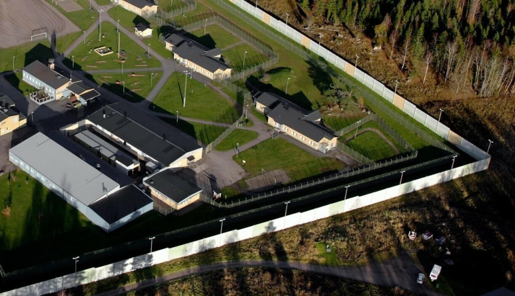 GISSELDRAMA: To innsatte har tatt to av de ansatte som gisler i fengselet Hällby utenfor Eskilstuna i Sverige. Foto: Expressen.