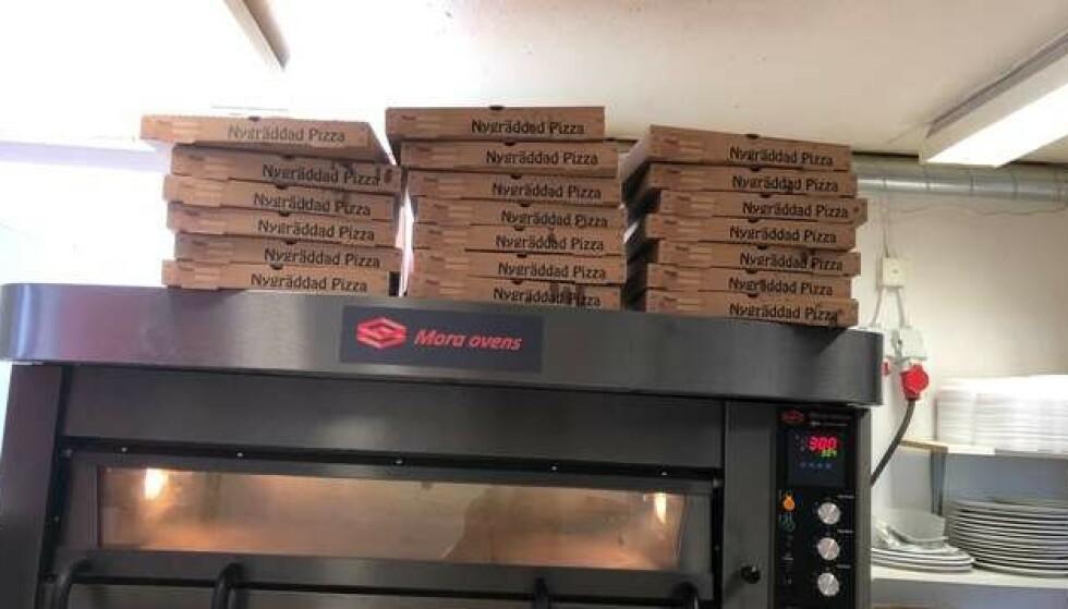 KEBABPIZZA: 20 kebabpizzaer har onsdag kveld ankommet Hällbysanstalten i Eskilstuna i forbindelse med et gisseldrama. Foto: Tipser/Expressen