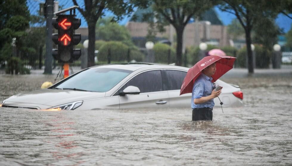 ENORME MENGDER: Mengden vann som har kommet på tre dager i provinsen Henan i Kina tilsvarer mengden som vanligvis kommer på et år. Foto: STR / AFP / NTB