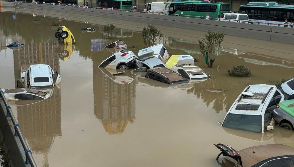 OVERSVØMMELSE: Bildet viser biler som flyter i enorme vannmasser i byen Zhengzhou i provinsen Henan, Kina. Foto: STR / AFP / NTB