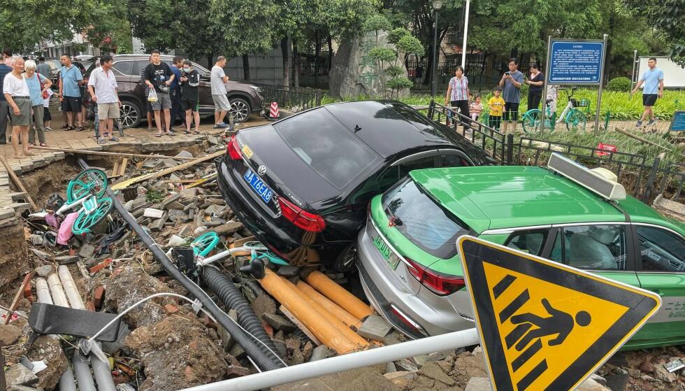 ØDELEGGELSER: Flommen som har herjet i provinsen Henan den siste tiden har gjort enorme ødeleggelser på biler og bygninger. Foto: STR / AFP / NTB