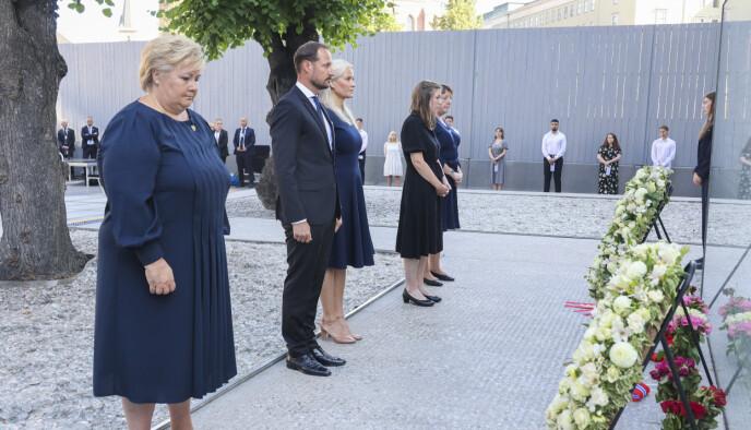 STILLHET: Kronprinsparet mintes oftene med ett minutts stillhet under minnemarkeringen ved regjeringskvartalet i formiddag. Foto: Geir Olsen / NTB