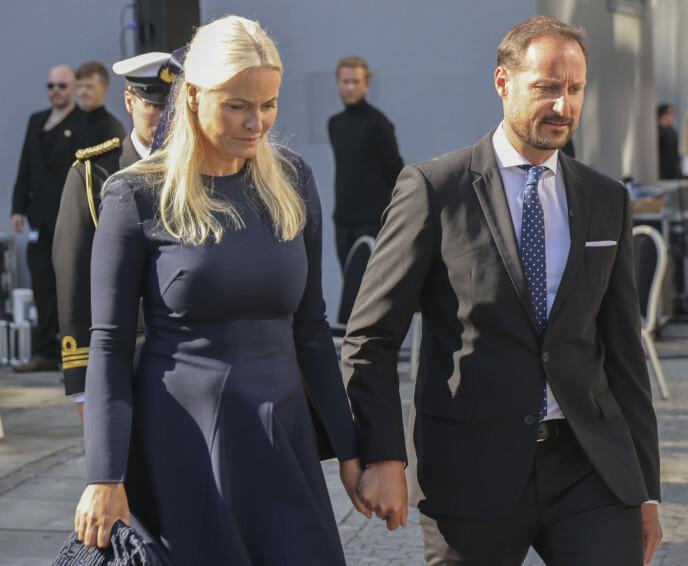 BERØRT: Det var et tydelig berørt kronprinspar som torsdag forlot minnemarkeringen ved regjeringskvartalet. Foto: Geir Olsen / NTB