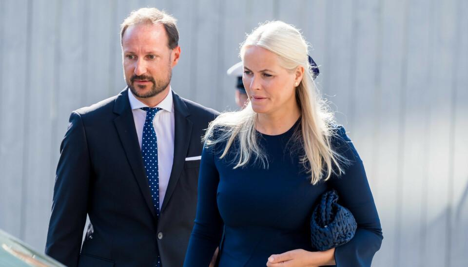 MINNEMARKERING: Kronprinsparet var torsdag til stede under en minnemarkering utenfor regjeringskvartalet. Kronprins Haakon møter derimot alene i Hole kirke torsdag ettermiddag. Foto: Spa / Dana Press / NTB