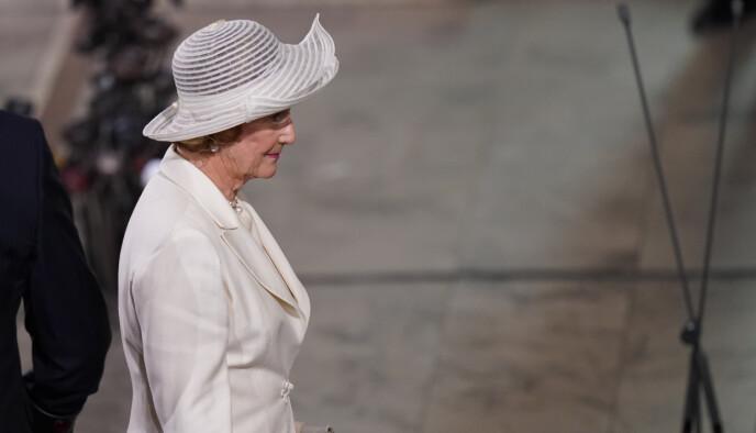 MOTSATT: Mens folk kom i mørke farger, valgte dronning Sonja å komme i hvitt. Foto: Torstein Bø / NTB