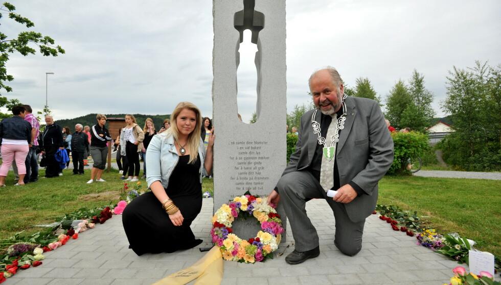 MINNE: Lisa Marie Husby og tidligere ordfører i Orkdal Gunnar Lysholm på avdukningen av den første 22. juli-minnesmerke i 2012. Foto: Ned Alley / NTB