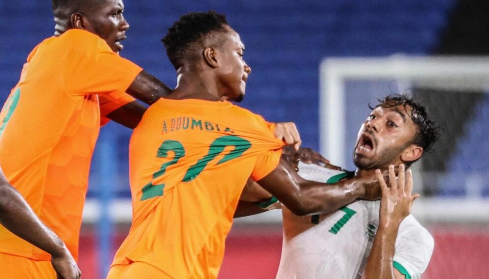 SJOKK: Aboubacar Doumbia tok for seg i krangelen med Salman Al-Faraj. Foto: AFP