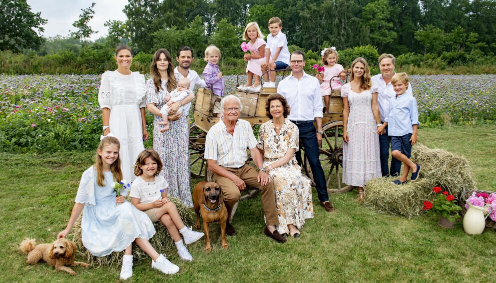 SOMMERHILSEN: Hele familien samlet seg for å ta et sommerbilde sammen. Foto: Jonas Ekströmer/Kungl. Hovstaterna