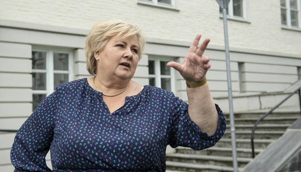 VALGKAMP: Statsminister Erna Solberg åpnet valgkampen forrige uke med et besøk hos laksegiganten Salmar. Arkivfoto: Marit Hommedal / NTB