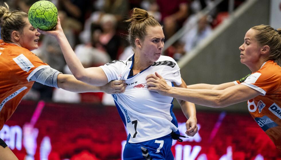 SPILLER MED STOMIPOSE: Helt siden 2018 har Jenny Carlson spilt håndball på en litt annen måte enn andre. FOTO: Ritzau