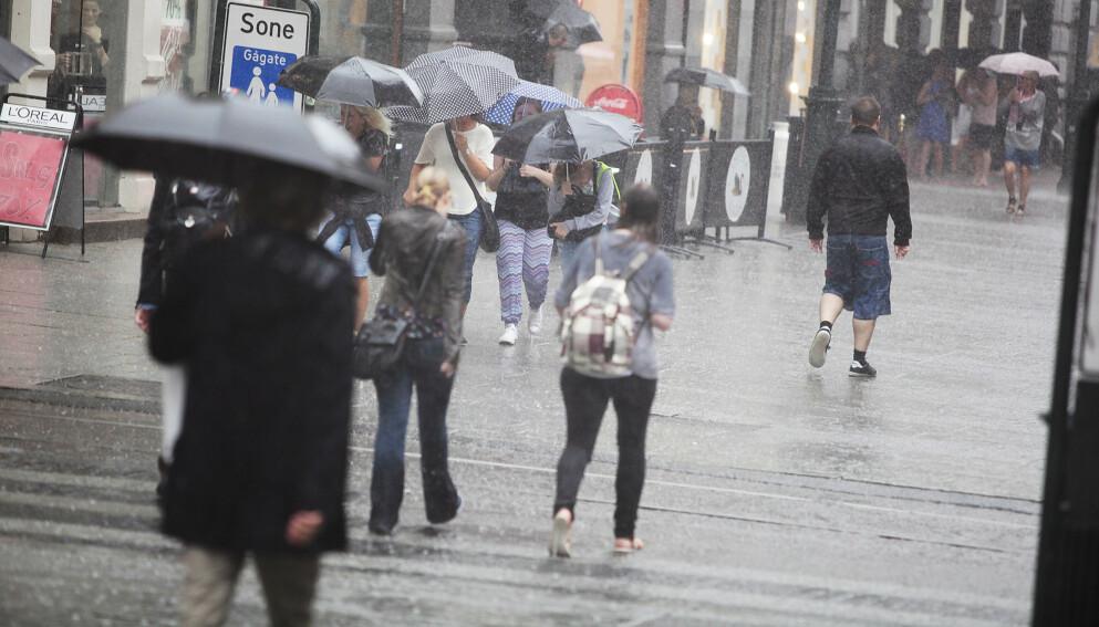 UVÆR: Det er meldt kraftige regnbyger og tordenvær østafjells de neste dagene. Statsmeteorologen fraråder bading og fjellturer. Foto: Christian R. Christensen / Dagbladet