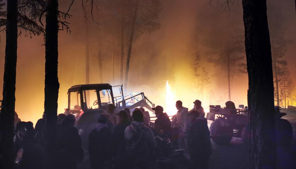 CHAUD : Des bénévoles se préparent à aider à éteindre l'incendie.  En raison des températures inhabituellement élevées et de la sécheresse, les éclairs ont provoqué plusieurs incendies de forêt.  Photo : Ivan Nikiforov / NTB.