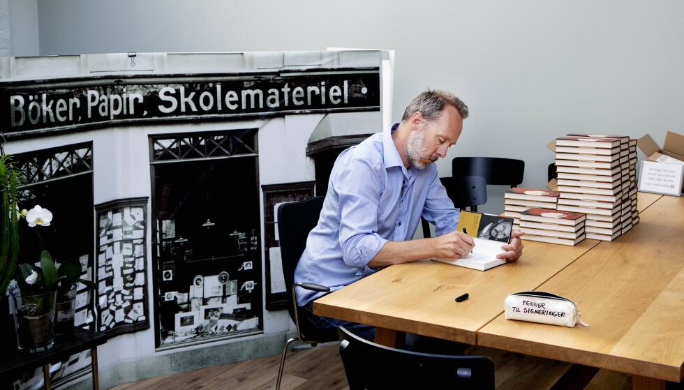 NY ROMAN: Gaute Heivolls nyeste roman «Forklaringen» lanseres 26. juli. I forrige uke var han allerede i gang med signering av forhåndsbestillingene på Norli i Universitetsgata i Oslo. Foto: Kristin Svorte / Dagbladet